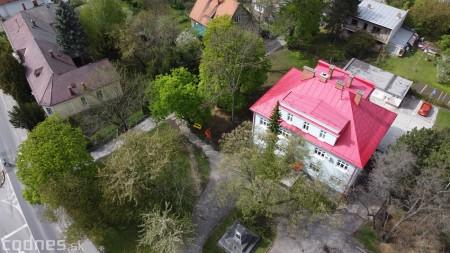 Foto: V Prievidzi vznikla nová oddychová zóna s farebnými lavičkami 12