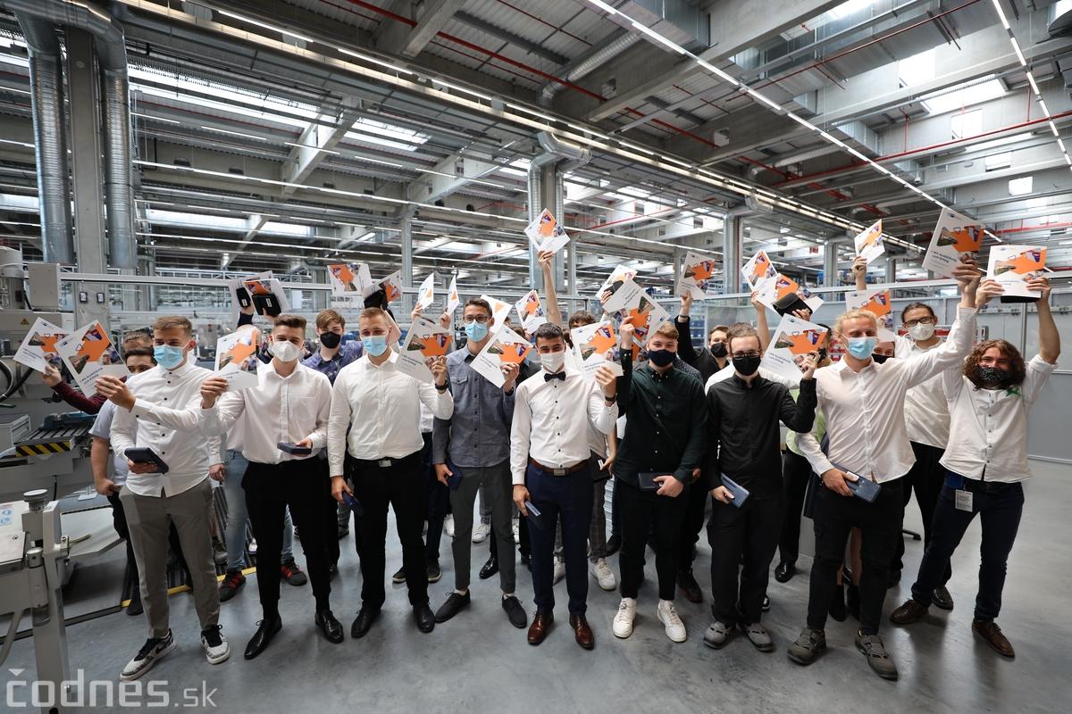 Foto a video: Duálne vzdelávanie v Brose má prvých absolventov. Firma plánuje zamestnať stovky ľudí a postaviť škôlku