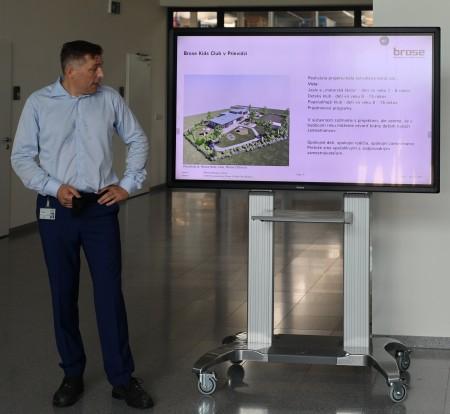 Foto a video: Duálne vzdelávanie v Brose má prvých absolventov. Firma plánuje zamestnať stovky ľudí a postaviť škôlku 5