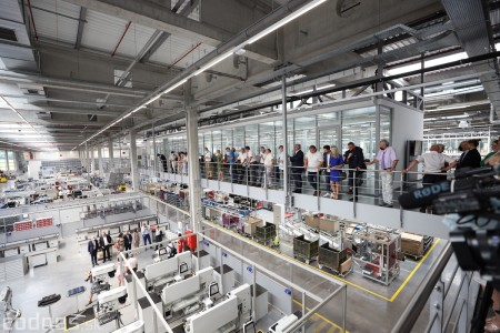 Foto a video: Duálne vzdelávanie v Brose má prvých absolventov. Firma plánuje zamestnať stovky ľudí a postaviť škôlku 10