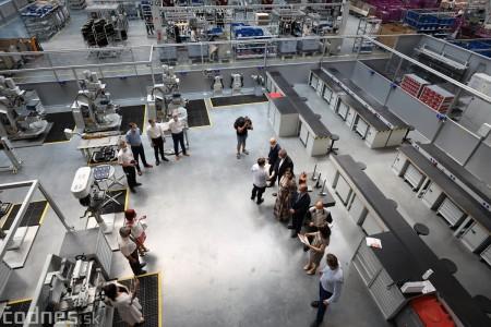 Foto a video: Duálne vzdelávanie v Brose má prvých absolventov. Firma plánuje zamestnať stovky ľudí a postaviť škôlku 12