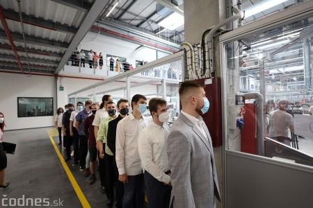 Foto a video: Duálne vzdelávanie v Brose má prvých absolventov. Firma plánuje zamestnať stovky ľudí a postaviť škôlku 13