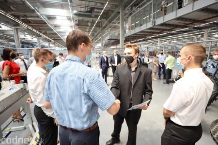 Foto a video: Duálne vzdelávanie v Brose má prvých absolventov. Firma plánuje zamestnať stovky ľudí a postaviť škôlku 24