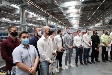 Foto a video: Duálne vzdelávanie v Brose má prvých absolventov. Firma plánuje zamestnať stovky ľudí a postaviť škôlku 30