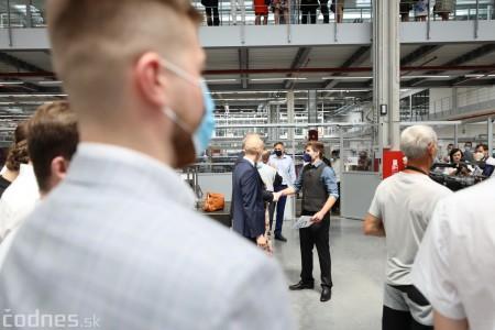 Foto a video: Duálne vzdelávanie v Brose má prvých absolventov. Firma plánuje zamestnať stovky ľudí a postaviť škôlku 32
