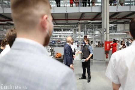 Foto a video: Duálne vzdelávanie v Brose má prvých absolventov. Firma plánuje zamestnať stovky ľudí a postaviť škôlku 33