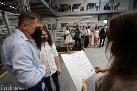 Foto a video: Duálne vzdelávanie v Brose má prvých absolventov. Firma plánuje zamestnať stovky ľudí a postaviť škôlku 35