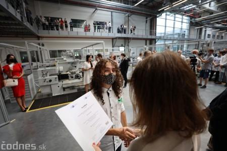Foto a video: Duálne vzdelávanie v Brose má prvých absolventov. Firma plánuje zamestnať stovky ľudí a postaviť škôlku 36