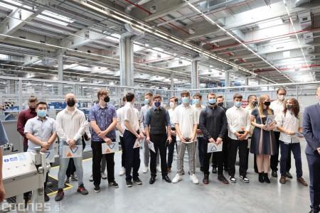 Foto a video: Duálne vzdelávanie v Brose má prvých absolventov. Firma plánuje zamestnať stovky ľudí a postaviť škôlku 37