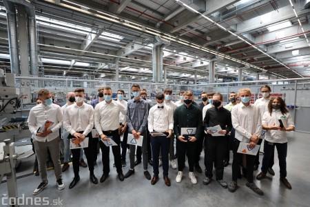 Foto a video: Duálne vzdelávanie v Brose má prvých absolventov. Firma plánuje zamestnať stovky ľudí a postaviť škôlku 44