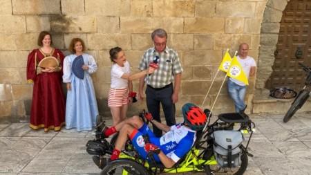 Foto a video: Káčer na bicykli zavítal do Bojníc. Na bicykli pomáhal tým, ktorí to potrebujú 1