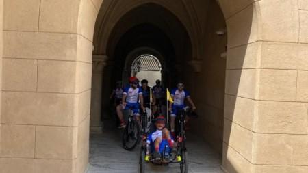 Foto a video: Káčer na bicykli zavítal do Bojníc. Na bicykli pomáhal tým, ktorí to potrebujú 2
