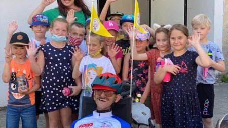 Foto a video: Káčer na bicykli zavítal do Bojníc. Na bicykli pomáhal tým, ktorí to potrebujú 4