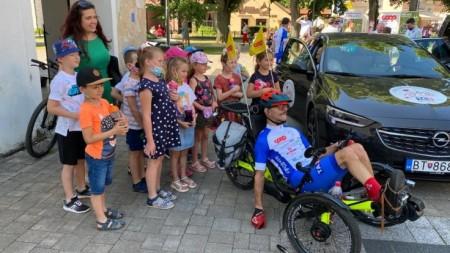 Foto a video: Káčer na bicykli zavítal do Bojníc. Na bicykli pomáhal tým, ktorí to potrebujú 6