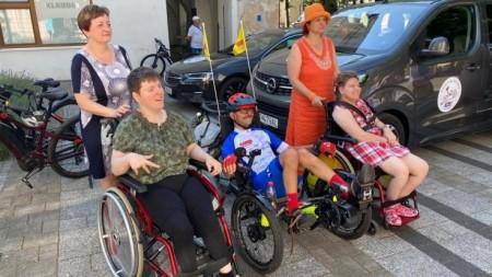 Foto a video: Káčer na bicykli zavítal do Bojníc. Na bicykli pomáhal tým, ktorí to potrebujú 8
