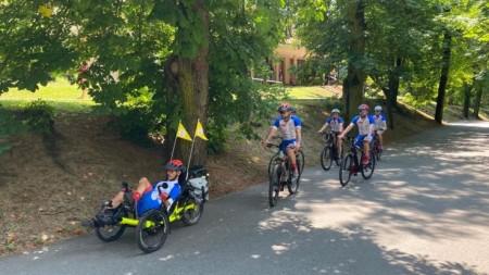 Foto a video: Káčer na bicykli zavítal do Bojníc. Na bicykli pomáhal tým, ktorí to potrebujú 10
