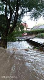 Búrky počas noci z nedele na pondelok boli najintenzívnejšie v Trenčianskom kraji. Na stanici Valaská Belá spadlo 104 milimetrov zrážok 0
