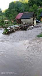 Búrky počas noci z nedele na pondelok boli najintenzívnejšie v Trenčianskom kraji. Na stanici Valaská Belá spadlo 104 milimetrov zrážok 1