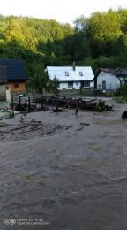Búrky počas noci z nedele na pondelok boli najintenzívnejšie v Trenčianskom kraji. Na stanici Valaská Belá spadlo 104 milimetrov zrážok 4