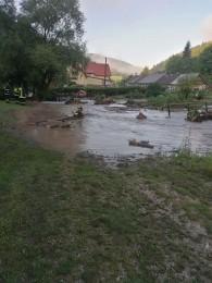 Búrky počas noci z nedele na pondelok boli najintenzívnejšie v Trenčianskom kraji. Na stanici Valaská Belá spadlo 104 milimetrov zrážok 5