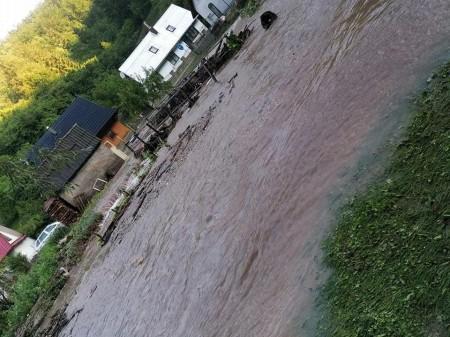 Búrky počas noci z nedele na pondelok boli najintenzívnejšie v Trenčianskom kraji. Na stanici Valaská Belá spadlo 104 milimetrov zrážok 6