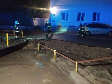 Búrky počas noci z nedele na pondelok boli najintenzívnejšie v Trenčianskom kraji. Na stanici Valaská Belá spadlo 104 milimetrov zrážok 16