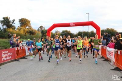 Foto a video: Brose Night Run Prievidza bol opäť vypredaný. Prilákal 691 pretekárov