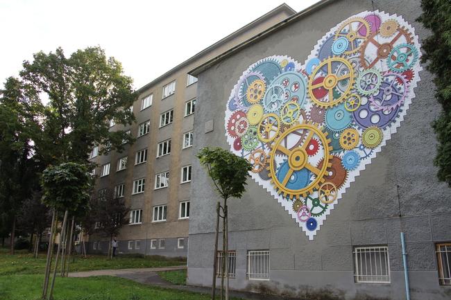 Foto: TSK sa rozhodol skrášliť budovu jedálne Strednej odbornej školy v Prievidzi umeleckým dielom, tzv. murálnou maľbou.