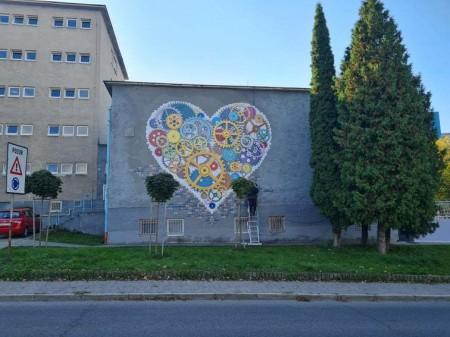 Foto: TSK sa rozhodol skrášliť budovu jedálne Strednej odbornej školy v Prievidzi umeleckým dielom, tzv. murálnou maľbou. 1