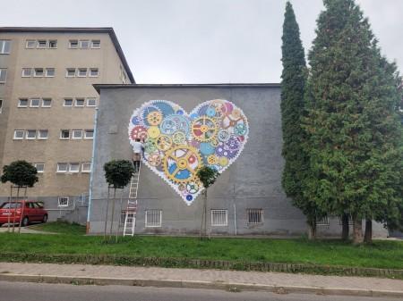 Foto: TSK sa rozhodol skrášliť budovu jedálne Strednej odbornej školy v Prievidzi umeleckým dielom, tzv. murálnou maľbou. 8