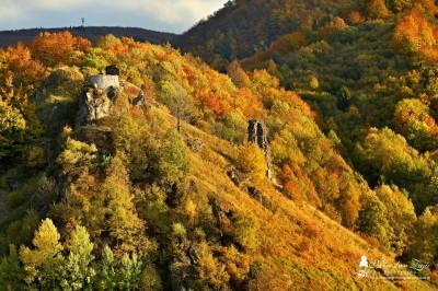 Foto: Hrad Sivý kameň a Podhradie v jesenných farbách